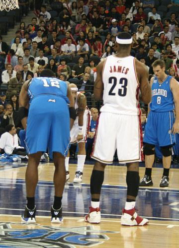 图文:[NBA中国赛]骑士VS魔术 詹姆斯霍华德