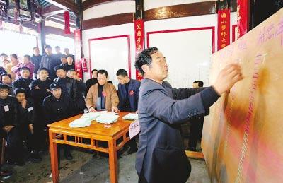 浙江温州龙湾区度山村村主任选举公开计票。陈澍一摄