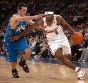 图文:NBA中国赛魔术胜骑士 亚当斯进攻