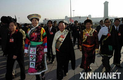 10月21日,中国共产党第十七次全国代表大会闭幕会将在北京人民大会堂举行。这是代表步入会场。 新华社记者 杨俊江 摄