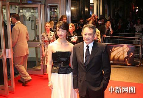"""华人导演李安携""""安女郎""""汤唯二十日晚出现在伦敦的一家影院"""
