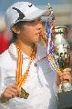 图文:北京马拉松女子组 展示金牌亲吻冠军奖杯