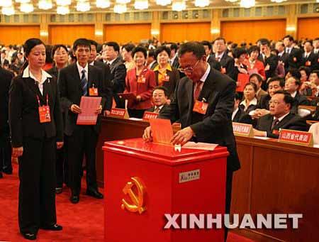 代表投票选举中央委员会委员、候补委员和中央纪律检查委员会委员。