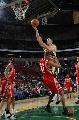 图文:[NBA]火箭VS超音速  巴蒂尔遭对手侵犯