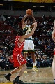 图文:[NBA]火箭VS超音速  斯科拉防守晚一步