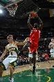 图文:[NBA]火箭胜超音速 巴特勒挣抢篮板