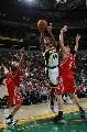 图文:[NBA]火箭胜超音速 火箭两巨星封门