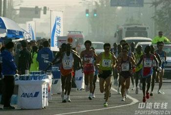 图文:07北京马拉松开跑 选手努力坚持