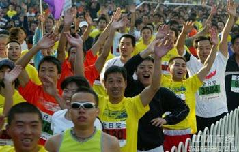 图文:07北京马拉松开跑 参赛选手向镜头欢呼