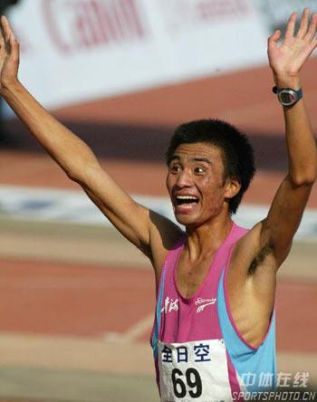 图文:07北京马拉松开跑 任龙云夺得亚军