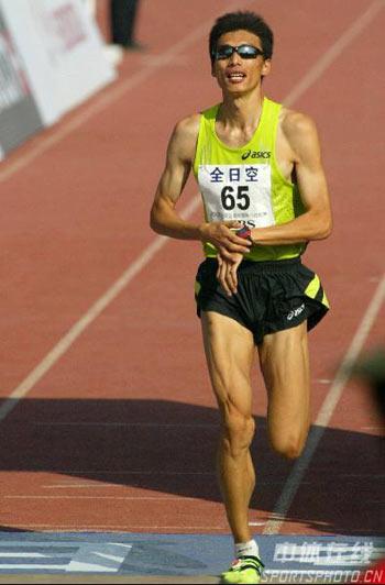 图文:07北京马拉松开跑 选手跑向终点线