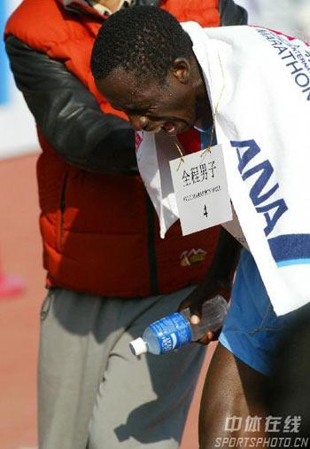 图文:07北京马拉松开跑 选手抵达终点后休息
