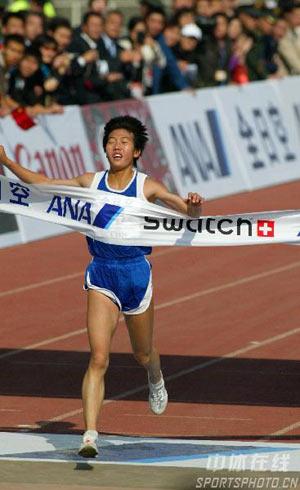 图文:07北京马拉松开跑 陈荣夺冠冲线瞬间