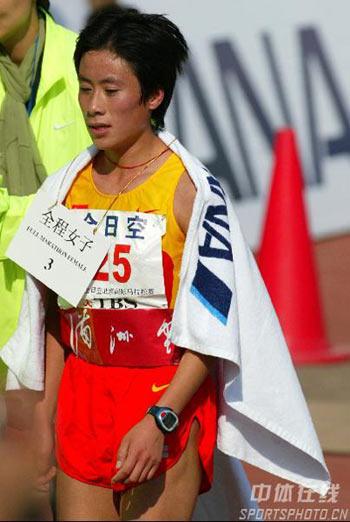 图文:07北京马拉松开跑 白雪冲过终点获季军