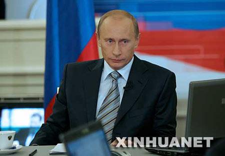 """10月18日,在俄罗斯首都莫斯科,俄总统普京参加节目期间听取民众提问。 当天,普京在电视和广播直播节目中回答民众提问时说,俄军将装备更多""""白杨-M""""多弹头洲际弹道导弹,且正在研制新型战略武器,俄将于2008年新增一艘战略核潜艇,2015年开始生产第五代战机。 新华社发"""