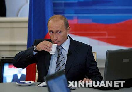 10月18日,在俄罗斯首都莫斯科,俄总统普京参加节目期间听取民众提问。新华社发