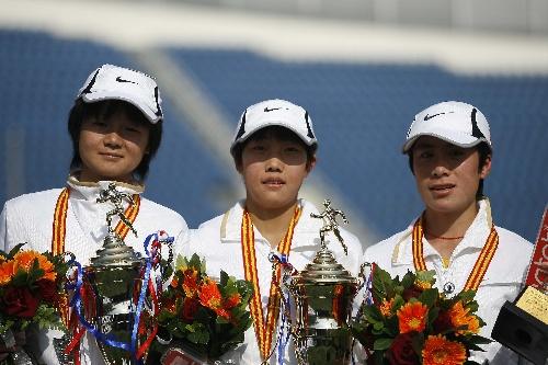 图文:07北京国际马拉松比赛 颁奖台上的三女将