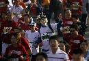 图文:07北京国际马拉松比赛 戴面具的可爱选手