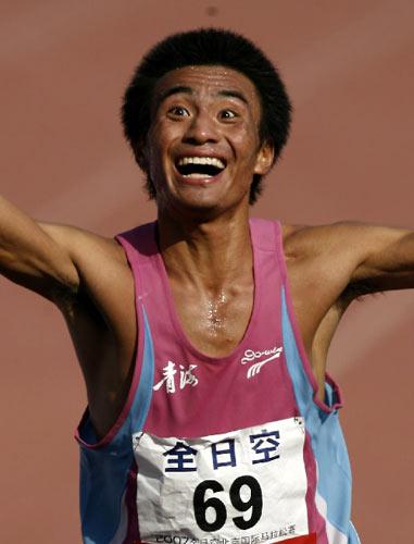 图文:07北京国际马拉松比赛 任龙云欣喜若狂
