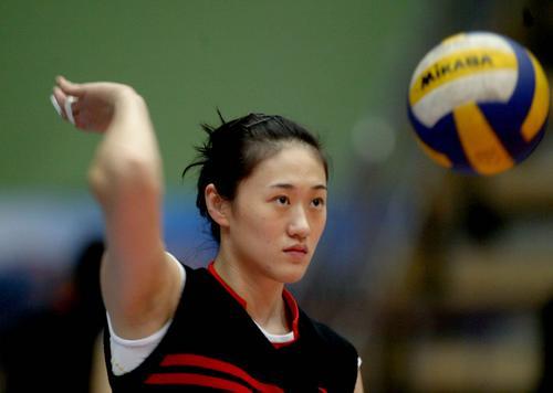 图文:辽宁女排3-2山东女排 刘亚男挥手击球
