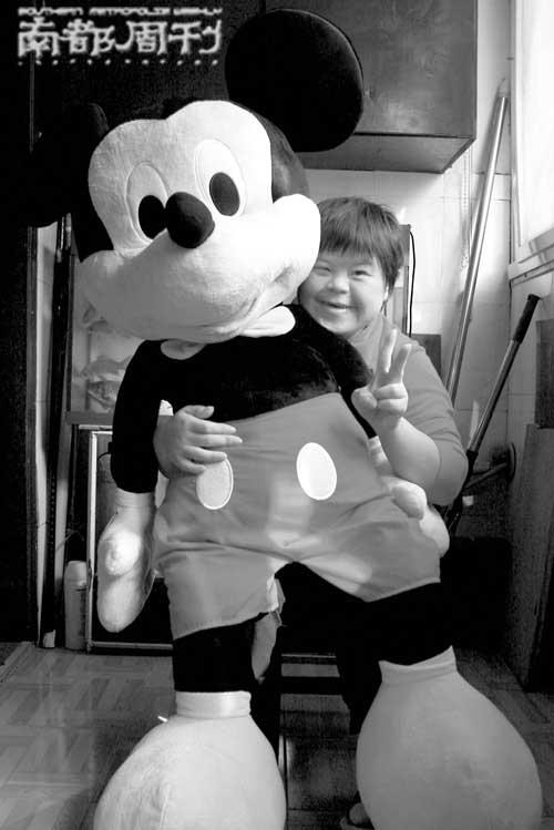 10月14日中午,赵曾曾抱着米老鼠洋娃娃向记者展示灿烂笑容。  张健 摄