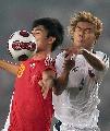 图文:[资格赛]国足VS缅甸 中缅队员激烈拼抢中