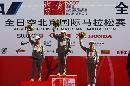 图文:07北京马拉松开跑 运动员上台领奖