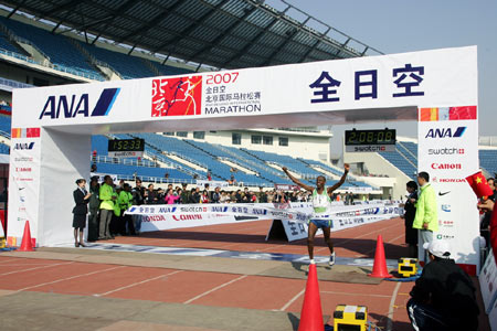 图文:07北京马拉松开跑 冠军金亚珠轻松撞线