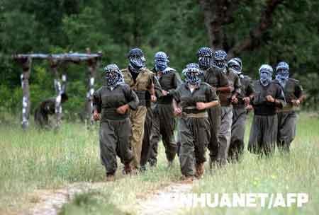 这是2007年6月20日拍摄的库尔德工人党武装人员在伊拉克北部靠近土耳其边境的阿马迪耶地区进行军事训练的资料照片。新华社/法新