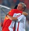 图文:[资格赛]国足7-0缅甸 刘健拥抱福拉多