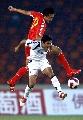 图文:[资格赛]国足7-0缅甸 杜威与对手拼抢
