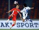 图文:[资格赛]国足7-0缅甸 肇俊哲与对手拼抢