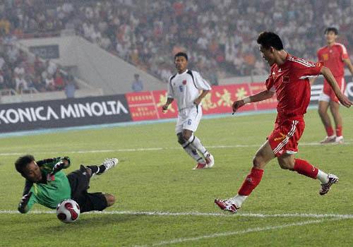 图文:[资格赛]国足7-0缅甸 王栋错失良机