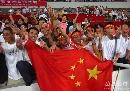 图文:[资格赛]国足7-0缅甸 球迷庆祝胜利