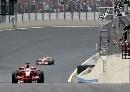 图文:[F1]巴西大奖赛正赛 冲过终点的瞬间