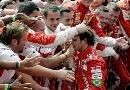 图文:[F1]巴西大奖赛正赛 技师祝贺马萨