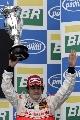 图文:[F1]巴西大奖赛正赛 阿隆索举起奖杯