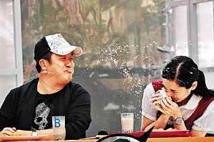 郭羡妮被曾志伟喷得满头都是奶水。