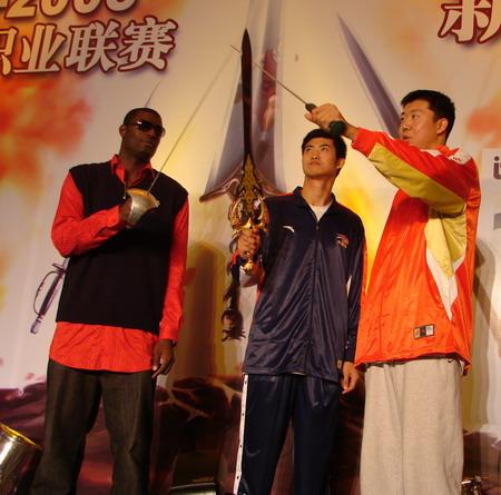 图文:CBA新赛季发布会 队员共举三剑