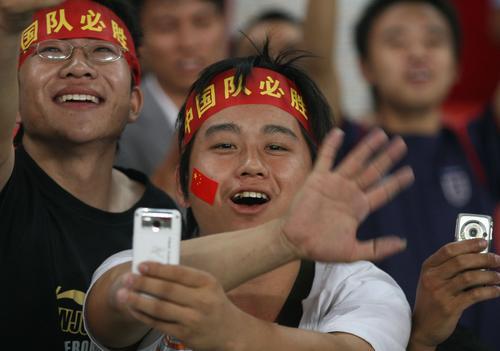 图文:[资格赛]国足7-0缅甸  球迷兴高采烈
