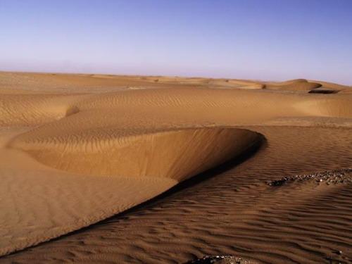 去往山区方向的沙丘地带--塔克拉玛干沙漠的边缘