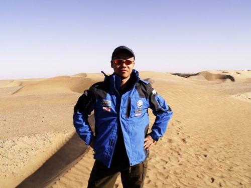 阿朱在塔克拉玛干沙漠