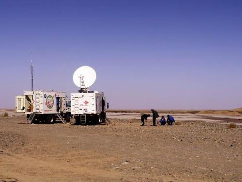 中国联通通讯车在野外工作