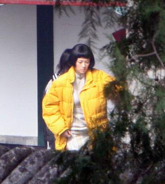 章子怡饰演的孟小冬在片中才18岁,故造型很清纯.