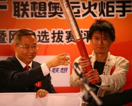 图文:联想奥运火炬手总决赛 陈少捷传递火炬