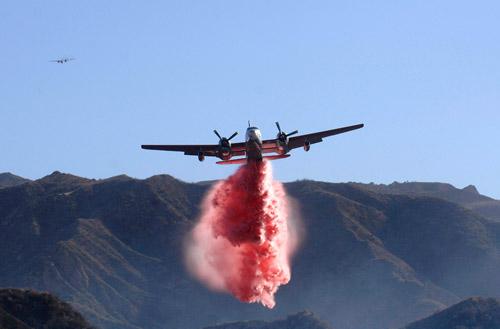 10月22日,洛杉矶地区,一架飞机在喷撒灭火剂。