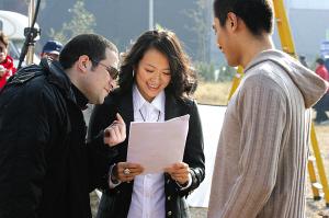 在开场短片拍摄现场,伍仕贤(左)给章子怡、刘烨说戏