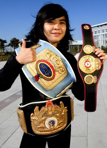 图文:[拳击]女拳王张喜燕写真 三条腰带闪金光