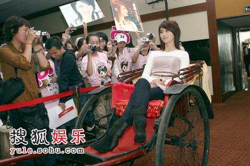 组图:尚雯婕推出新专辑 坐黄包车登场创意十足图片
