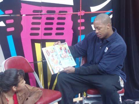 图文:火箭参加读书活动 弗朗西斯为小朋友读书